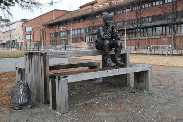 Skulpturen Gzim och den frusna sjön av Knutte Wester i Skellefteå.